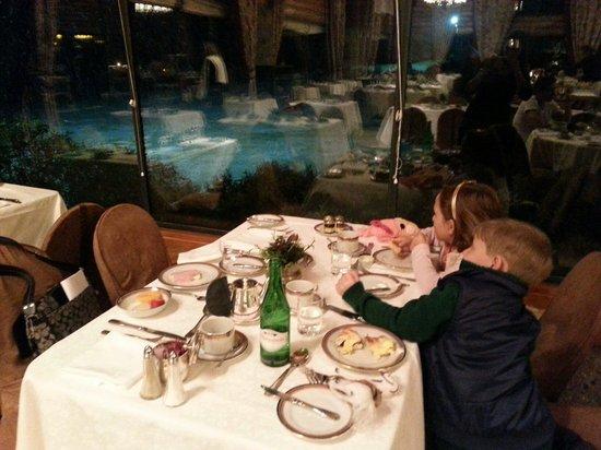 Llao Llao Hotel and Resort, Golf-Spa: Cafe da manha enquanto neva la fora