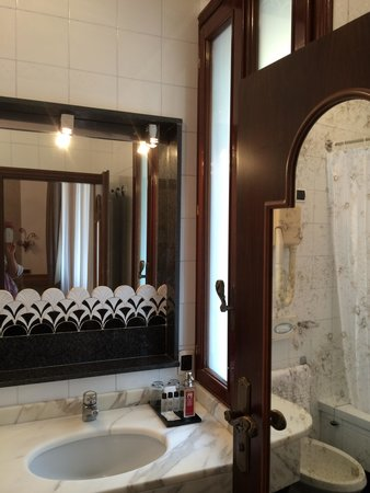 Hotel Saturnia & International: Bathroom