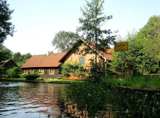 Kahnfahrten im Spreewald: Typisches Spreewaldhaus in Lehde