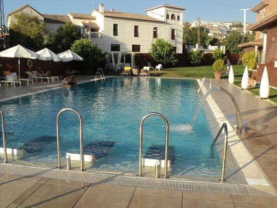 Hotel Granada Palace: Muy buena Piscina