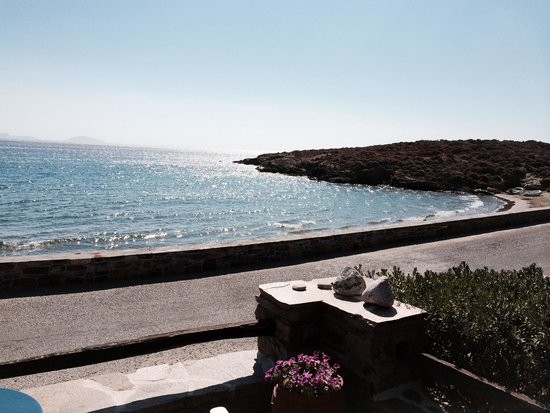 Ostria Inn : The sea is one meter away from the hotel!!!