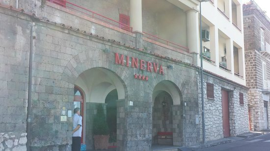 Minerva Hotel: front entrance (lift up to reception)