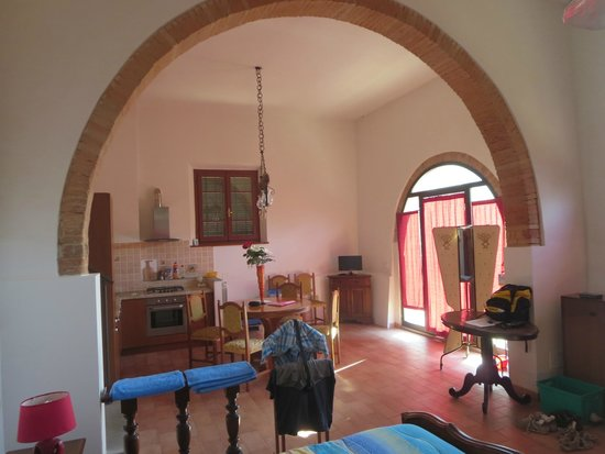 Montespertoli, Italia: Big room and kitchen
