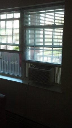 Burgundy Inn: Really?  Window AC?