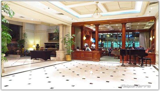 NH Collection Plaza Santiago: Saguão com piano (com um fera à noite)