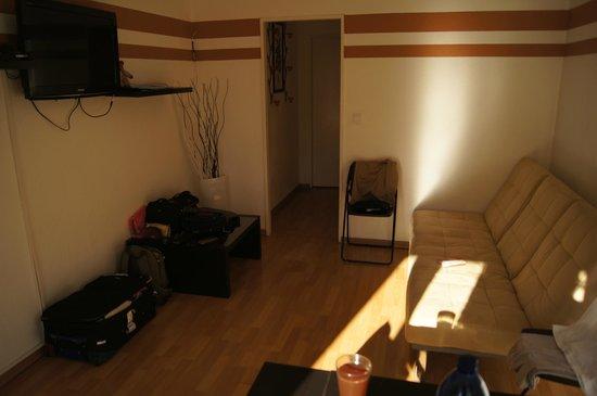 SchönLife Apartments: Гостиная, в глубине, за дверью-спальня