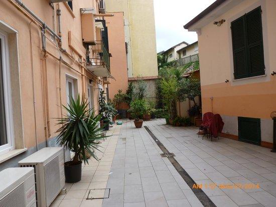 Affittacamere Lunamar: Entry courtyard