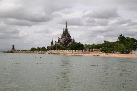Sanctuary of Truth (Prasat Sut Ja-Tum): Очень красивый храм