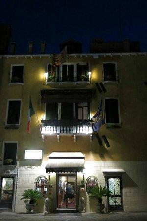 Hotel Ala - Historical Places of Italy: Fachada de noche