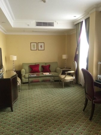 Grosvenor House, A JW Marriott Hotel : Spacious with ample seating.