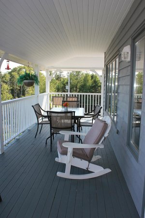Gray Gables Bed and Breakfast: Breakfast area on the deck