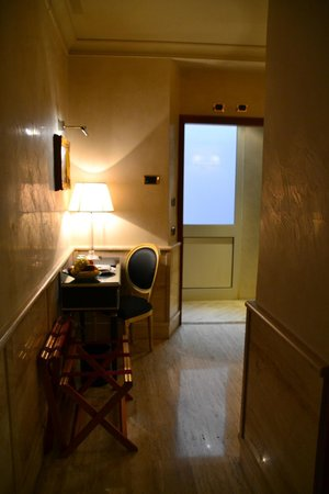 Barocco Hotel: Entry to room