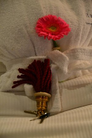 Barocco Hotel: Fresh flowers on bed