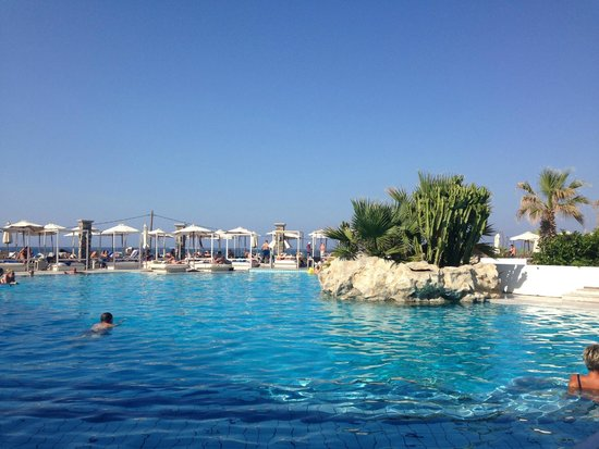 The Island Hotel : The larger pool. Quiet but very attractive