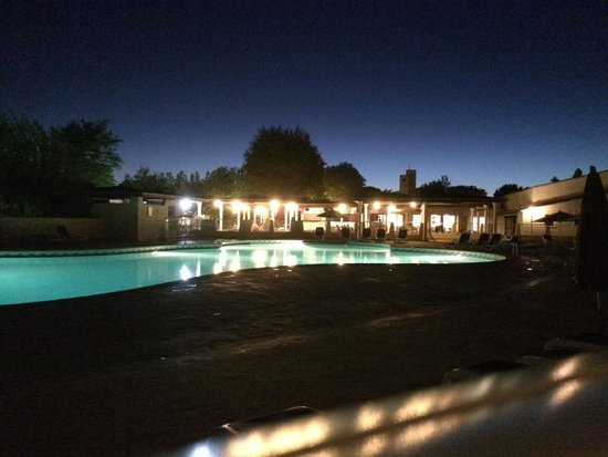 Belambra Clubs - Les Lauriers Roses: Vue de la piscine By Night
