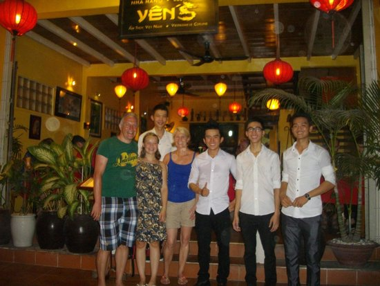 Yen's Restaurant: Farewell photo with the nice staff.