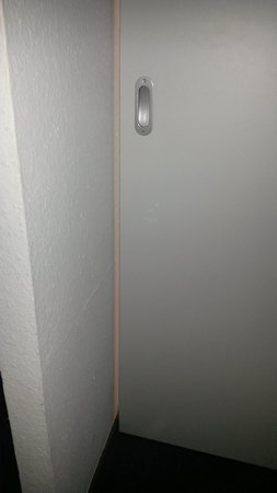 Hotel Gruenberger : Porta del bagno che lascia passare la luce che non si può spegnere