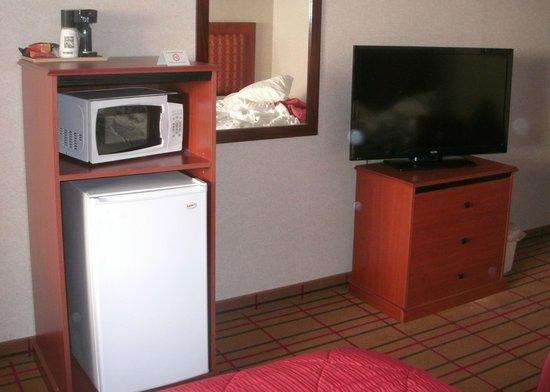 Quality Inn: Coffee maker, microwave, fridge, and TV
