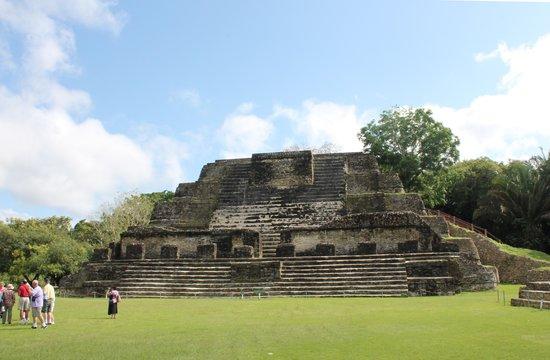 Maya-Ruinen von Altun Ha: Belikin beer's logo , aka chestnut hill