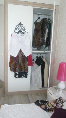 Raymar Hotels: l'armoire avec mes habits en dehors....