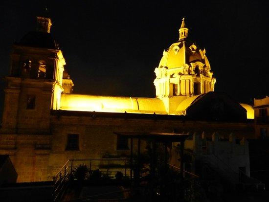 Casa Claver Loft Boutique Hotel: Vista nocturna a iglesia San Pedro Claver desde la piscina