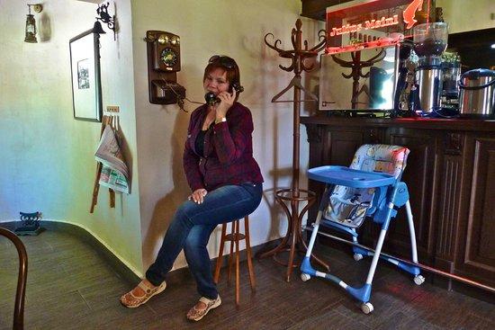 Monpasie Cafe: Телефонный звонок в интерьере...