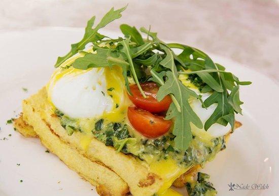 Bayleaf Cafe: Eggs Florentine - served on French Toast