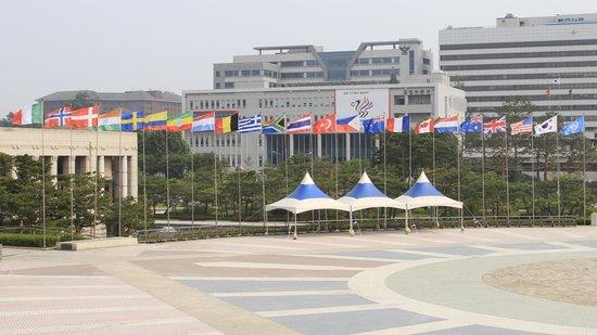 Monumento de Guerra de Corea: Close up of plaza and flags.