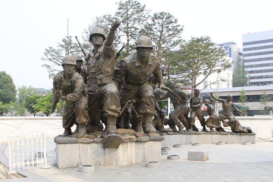 Monumento de Guerra de Corea: Stautes representing those who served