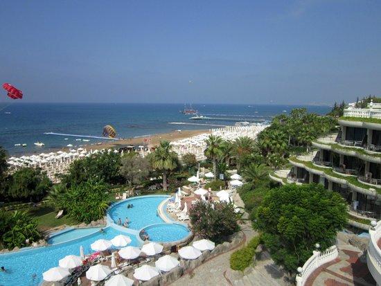 Crystal Sunrise Queen Luxury Resort & SPA: вид на отель и море с терассы
