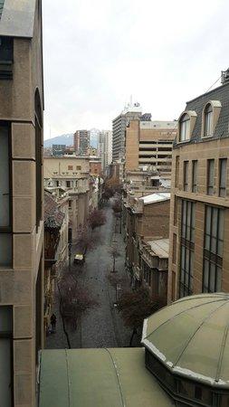 """Hotel Fundador: Vista da rua que corta os dois """"blocos"""" do hotel. Cordilheira ao fundo"""