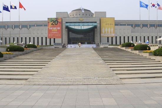 Monumento de Guerra de Corea: Steps leading to Museum.