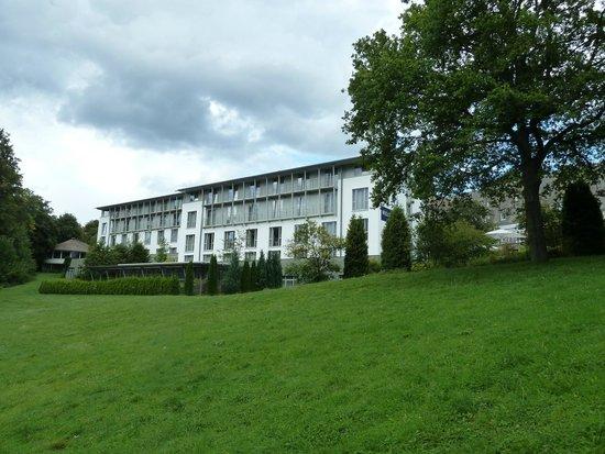 Welcome Hotel Meschede/Hennesee : Hotel gezien vanaf het meer