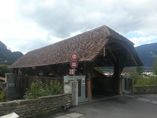 Gasthaus Steinbock: The wooden bridge that accesses the gasthaus.