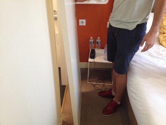 Hotel Delos Vaugirard Paris : Bathroom door