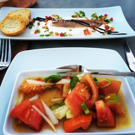 La Tinaja : Tapa de tomates con la bebida y sardina ahumada con mazamorra