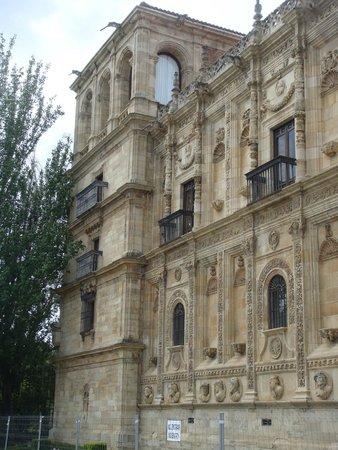 """Parador """"Hostal San Marcos"""": Lateral de la fachada principal, con la torre"""