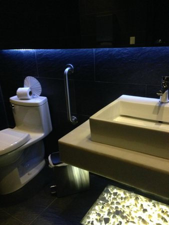 Elements Hotel Boutique: Funky/cool bathroom