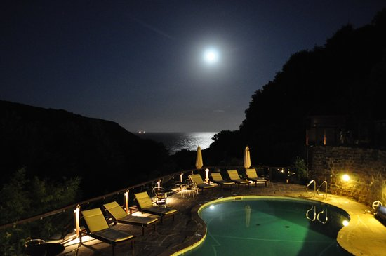 The Lamorna Cove Hotel: Supermoon over the Cove and pool