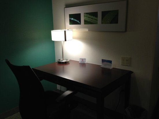 SpringHill Suites Seattle South/Renton: Desk table in room