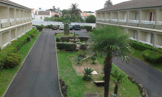 Hotel Canadiano: Vista del patio central del hotel con el parking gratuito al fondo