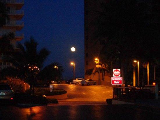 Galt Villas Inn: frente al hotel noche de luna....