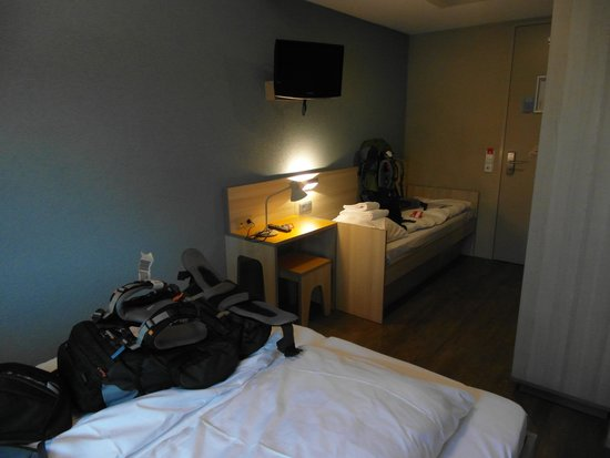 MEININGER Hotel Amsterdam City West: Private triple room