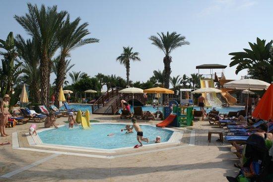 Caretta Beach Hotel: Бассейны