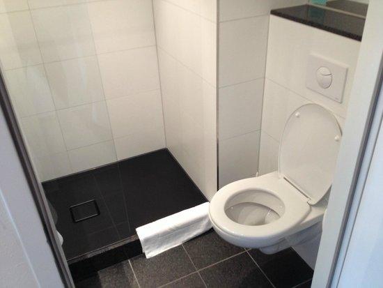 Motel One Salzburg-Süd: Bathroom