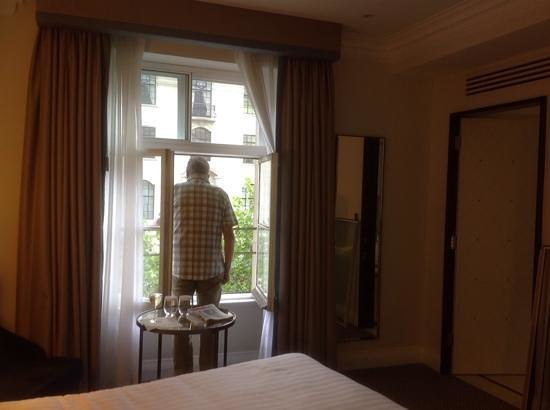 The Waldorf Hilton London: nice big window
