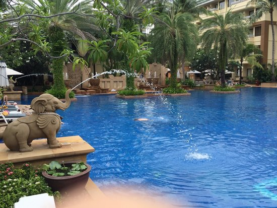 Holiday Inn Resort Phuket: Beautiful pool. Great pool bar also.