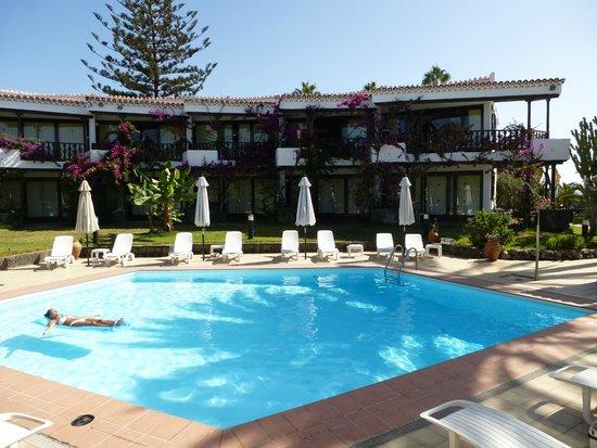 Zona piscina bild von casas carmen playa del ingl s for Piscina playa del ingles