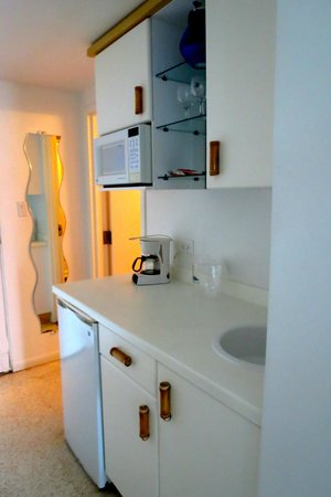 Divi Carina Bay All Inclusive Beach Resort: Kitchenette:  fridge, microwave, sink, cabinet space galore