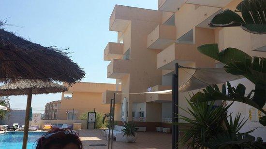 Apartments Blue Star : les terrasses donnant sur la piscine